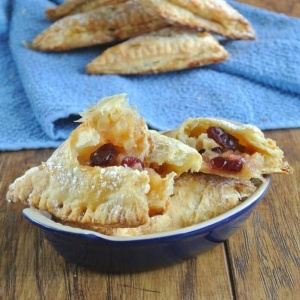 Cranberry Apple Turnovers use Granny Smith apples and dried cranberries. Both are all mellowed out with an apple jelly mixture and baked in puff pastry. YUM